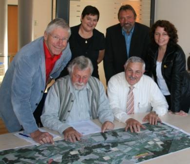 MdL Bernhard Roos (links) studiert mit Bgm. Dieter Gewies und den Kreisräten den Plan