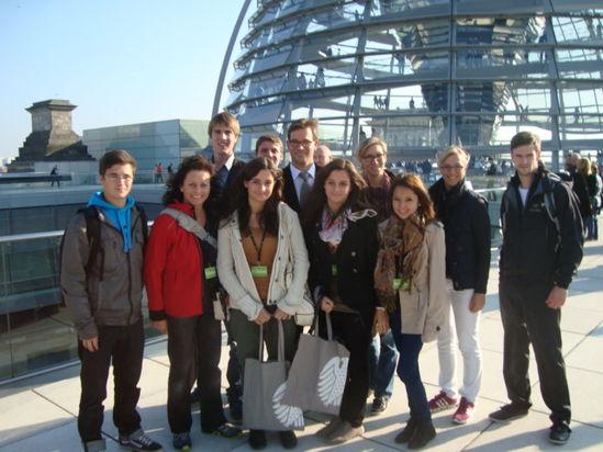 Ortsvorsitzende Theresa Bergwinkl mit Jusos sowie Bundestagsabgeordneten Florian Pronold auf dem Reichstagsgebäude