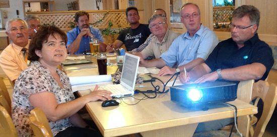 Ingrid Eberl (vorne links) vom Landratsamt Landshut stellt die Rahmenkonzeption vor.