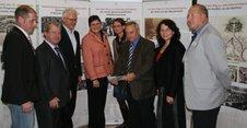 Die Prominenz des DGB, der SPD und der Friedrich-Ebert-Stiftung macht einen ersten Rundgang durch die Ausstellung.