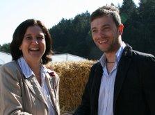 Josef Kollmannsberger, agrarpolitischer Sprecher der Kreis-SPD begrüßt die Abgeordnete Maria Noichl zum Fachgespräch.