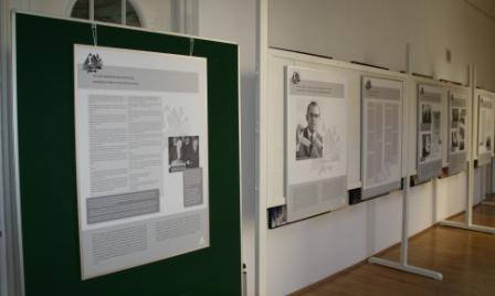 Blick auf die Ausstellungstafeln in der Schlossklinik Rottenburg