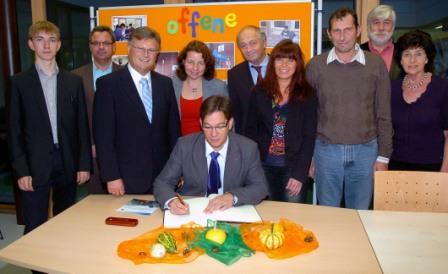 MdB Florian Pronold trägt sich ins Goldene Buch der Gemeinde Buch a. E. ein