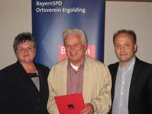 Alois Schmid (Mitte) erhält von Ursula Egner und Harald Unfried die Ehrung für 40 Jahre Mitgliedschaft in der SPD.