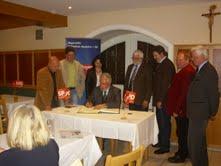 Der Landtagsabgeordnete Reinhold Perlak trägt sich in das Gästebuch der Gemeinde Neufahrn ein.